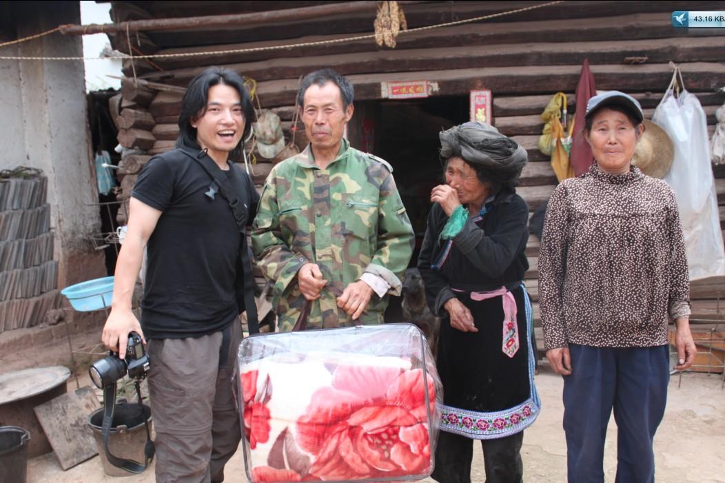 莫凡向姚若秀家人捐赠毛毯,老奶奶感动得哭了
